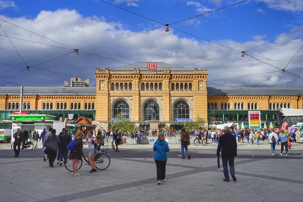 Die Fassade des Hauptbahnhofs von Hannover bleib im Zweiten Weltkrieg erhalten. So erstrahlt er immer noch neoklassizistisch im gelben Ziegel. Wer vor dem Bahnhof die U-Bahn verlässt, wird vom Reiterstandbild König Ernst-Augusts begrüßt