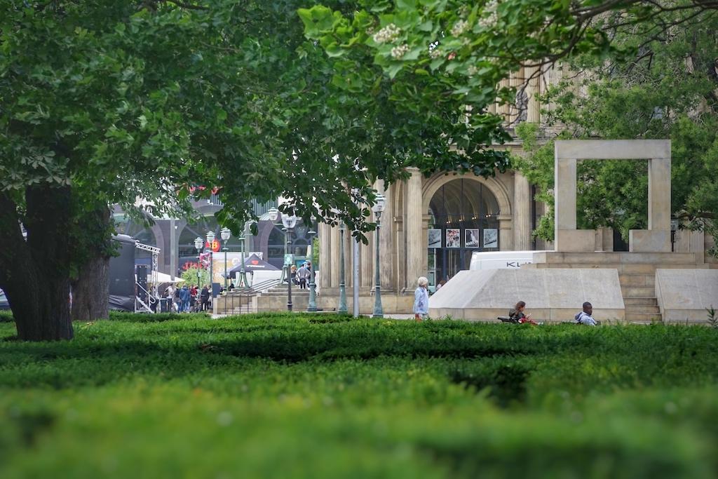 Im grünen Operndreieck erbauten die Väter der Stadt ein Mahnmal zum Gedenken an die Judenverfolgung während des NS-Regimes