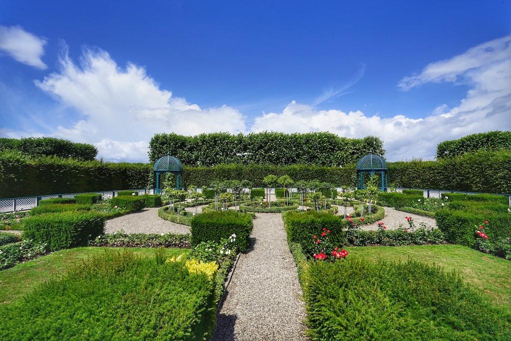Der Große Garten fiel glücklicher Weise nicht der Umgestaltung in einen englischen Landschaftsgarten zum Opfer, sondern blieb ungenutzt und verfiel. Heute lässt uns dieser, im Nachhinein erfreuliche Umstand barocke Gartenarchitektur erleben