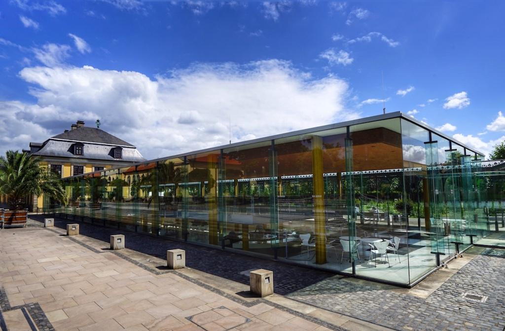 Das Arne-Jacobsen-Foyer entstand 1966 und lässt durch seine Glasfront die Anmut des angrenzenden Blumengartens im Inneren wahrnehmen