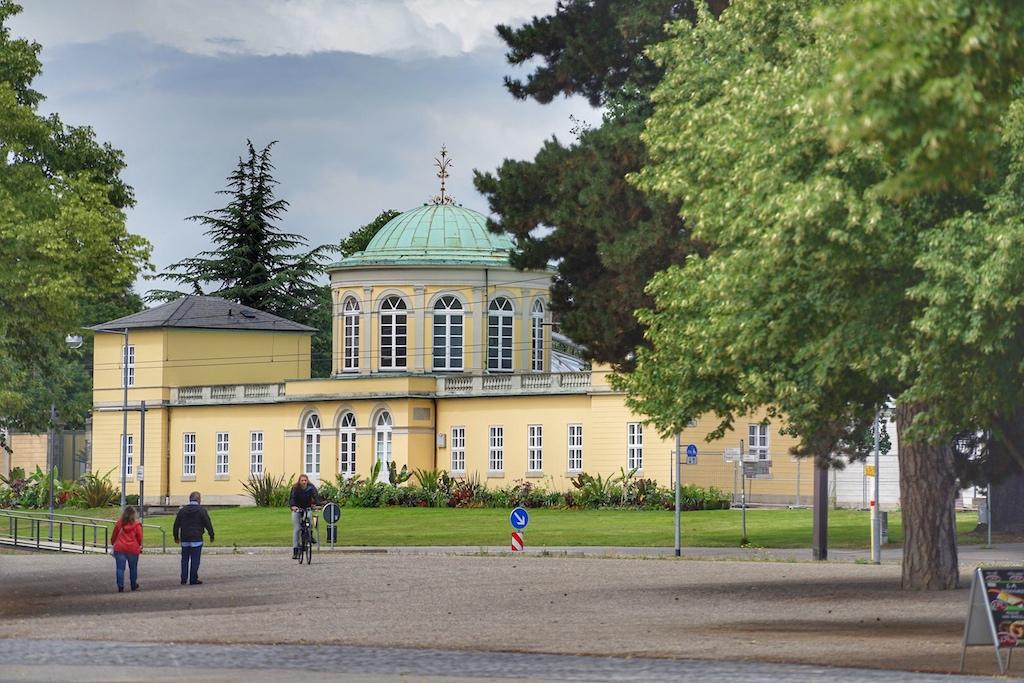 Am historischen Bibliotheksgebäude endet die Herrenhäuser Allee. Hinter dem Gebäude beginnt der Bergarten