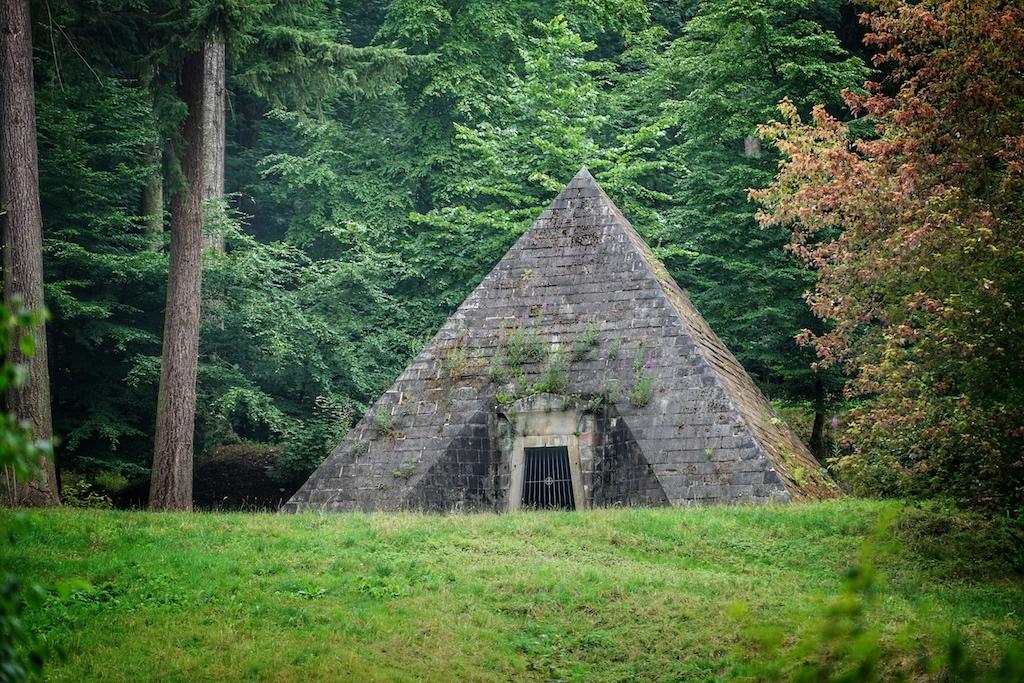 Auf der Anhöhe hinter dem Schloss befindet sich das Mausoleum der Familie