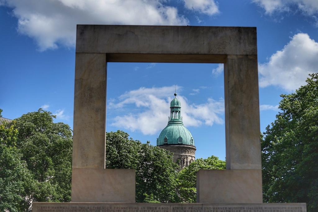 Ein Blick durch das Mahnmal offenbart die Patina der Kuppel des klassizistischen Gebäudes, in welchen die Deutsche Bank ihren Sitz hatte