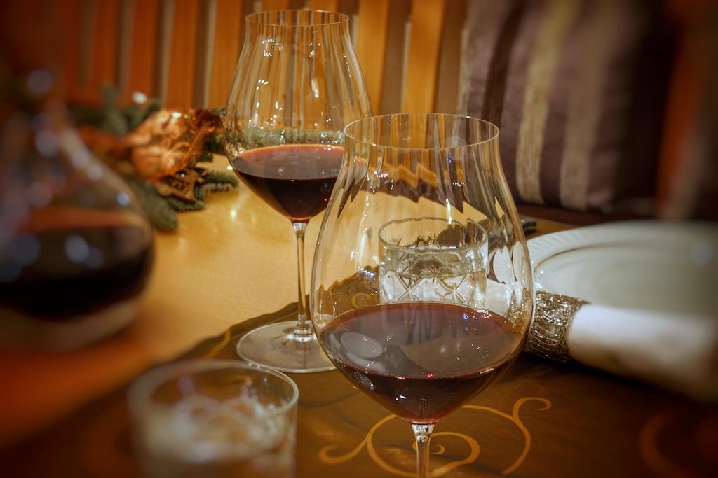 Mit überraschend viel Frucht für einen Barolo präsentiert sich der jugendliche Vietti Barolo Ravera DOCG 2013. Sein volles Bukett entfaltet der Spitzenwein in einem rebsortenspezifischen Glas. Augenweide und Gebrauchsgegenstand gleichermaßen sind die Barolo-Gläser aus der Performence-Serie der österreichischen Glasmanufaktur Riede