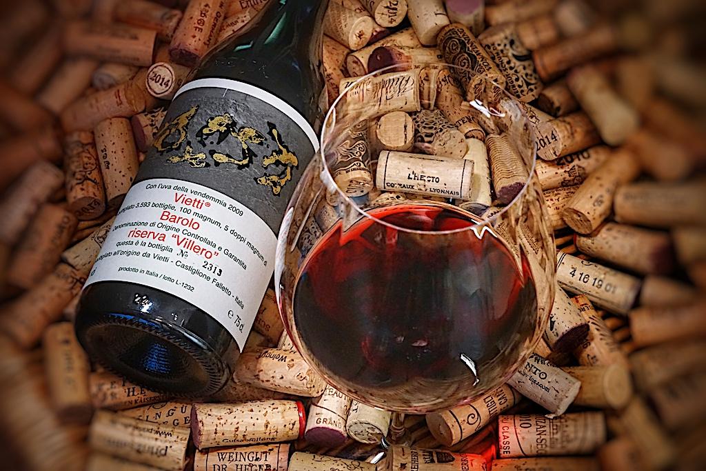 Für erlesene Weine wie den Vietti Barolo Riserva Villero DOCG 2009 ist es besonders wichtig, rebsortenspezifische Gläser zu benutzen. Maximilian und Georg Riedel entwickelten Gläser eines besonderen Typus, die die Eigenschaften der Traube facettenreich zum Vorschein bringen. Mit Gläsern der Performance-Serie für Barolo lässt sich der Weingenuss vervielfachen