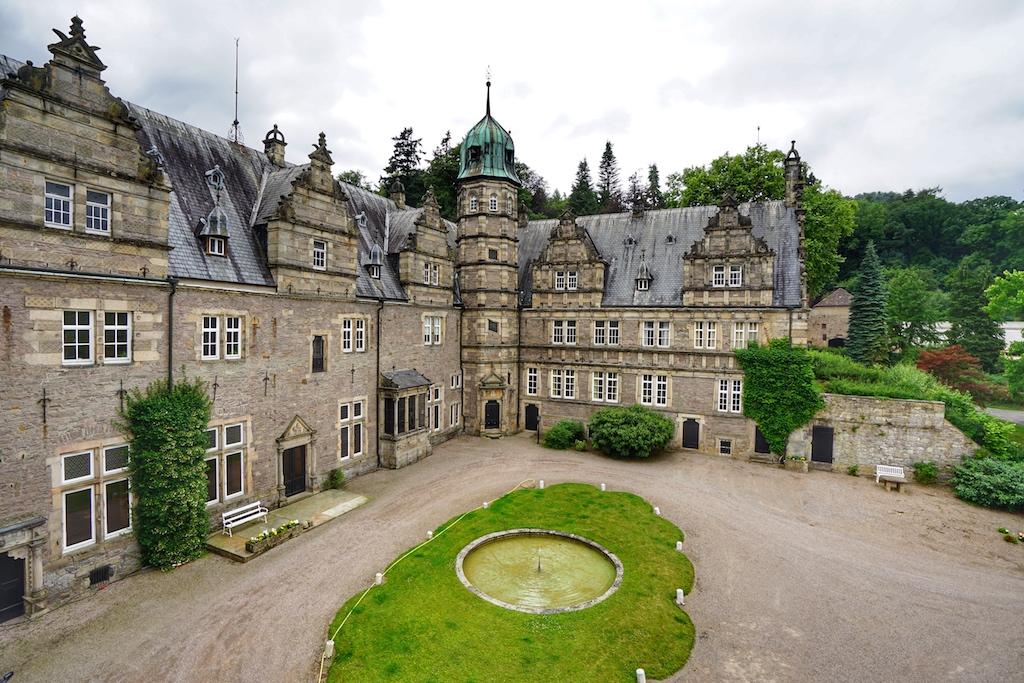 Die Weserrenaisance ist einerseits durch die geografische Lage gekennzeichnet, andererseits durch das zum Einsatz kommende Baumaterial, das Wirken bestimmter Architekten und Baumeister sowie die Stilmittel. Zwerchhäuser, Standerker, durch steinerne Pfosten zweigeteilte Fenster sowie die geometrischen Ornamente sind charakteristisch für den Stil der Werserrenaissance von 1524 bis 1618