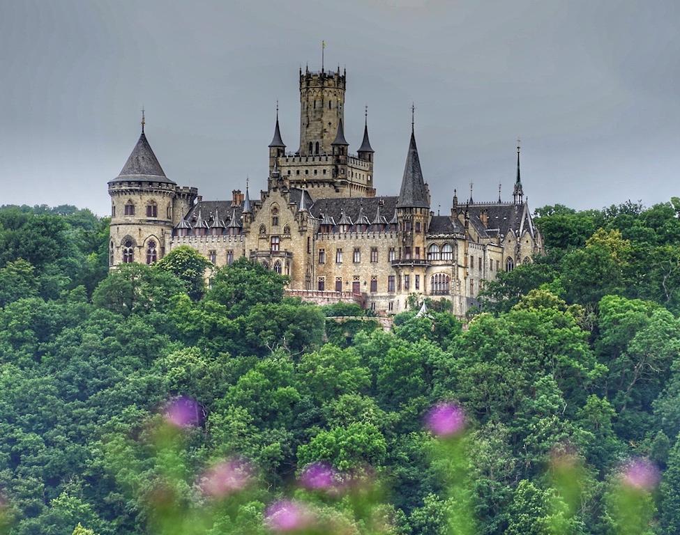 Schloss Marienburg erscheint wie ein Schloss aus Grimms Märchen / © Redaktion FrontRowSociety.net
