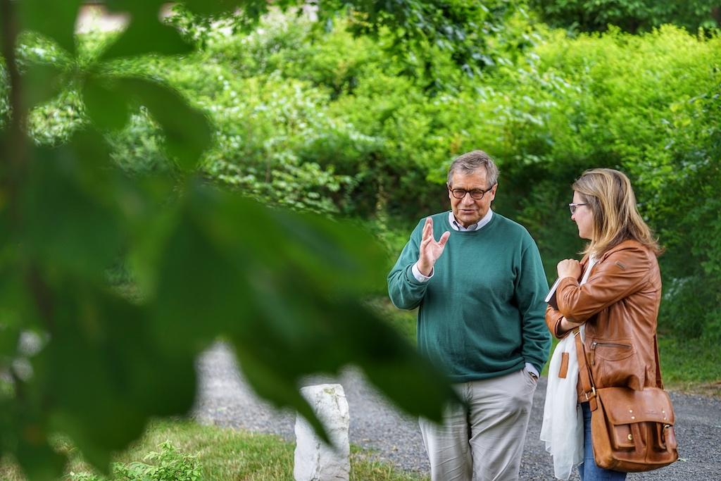 """Lippold von Klencke (li.) erzählt über Schloss Hämelschenburg und dessen Bewohner, denn """"Wer seine Geschichte nicht erzählen kann, existiert nicht"""", Salman Rushdie"""