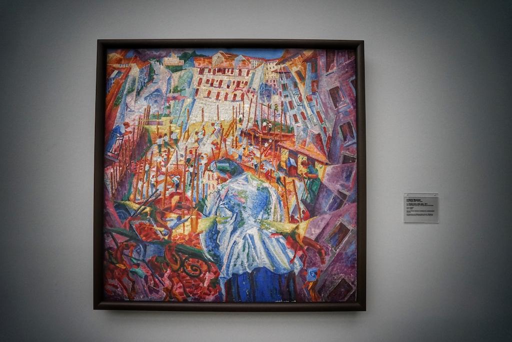 """Umberto Boccioni, Maler und Bildhauer des italienischen Futurismus schuf 1911 das Gemälde """"La strada entra nella casa"""" / © Redaktion FrontRowSociety.net"""