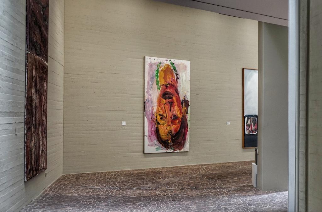 Im Inneren des Museums werden die Materialien das Äußern, Pflastersteine und Beton, aufgegriffen / © Redaktion FrontRowSociety.net