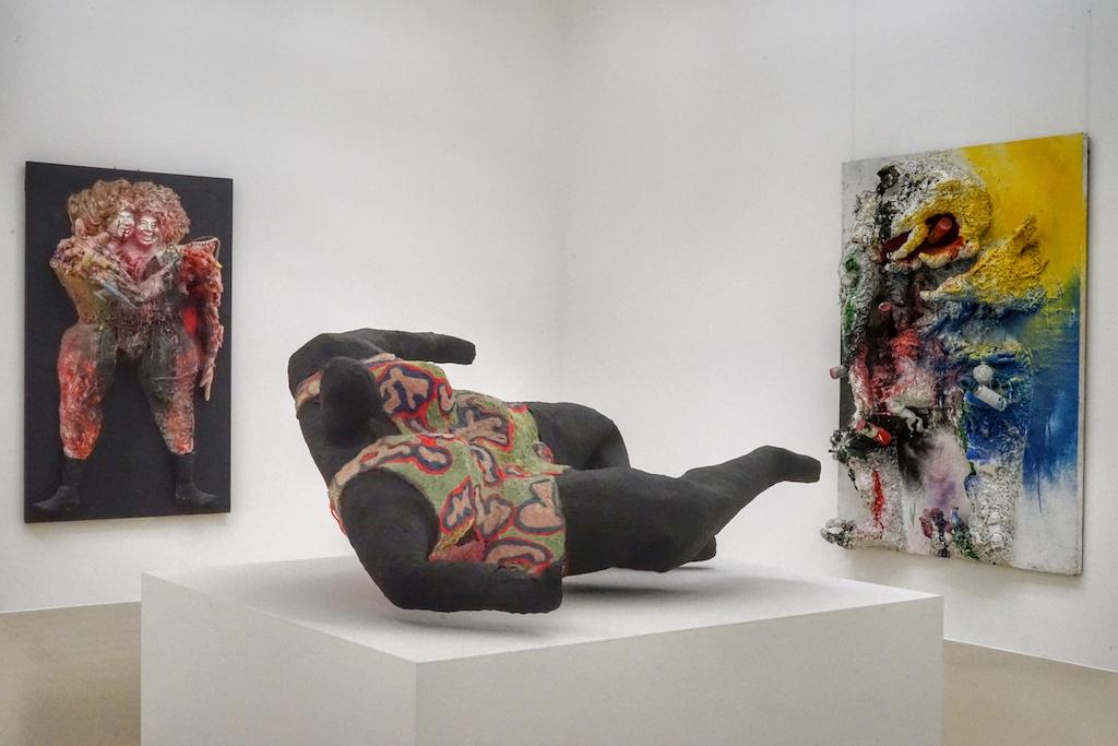 Die französische Künstlerin Niki de Saint Phalle hinterließ ihre Spuren nicht nur im Sprengel Museum Hannover. Ihre weltweit berühmten Nana-Figuren gehören seit 1974 zum Stadtbild von Hannover und bilden einen Teil der Skulpturen-Meile. Ihre Werke Nana noir (Mitte), Kennedy-kroutchev (li.) prägen die Ausstellung ihrer Arbeiten / © Redaktion FrontRowSociety.net