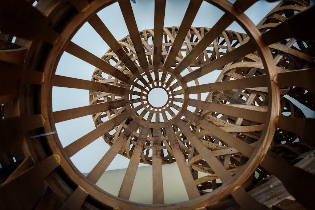 """Imposanter """"Einblick"""" in die verschraubte Holzskulptur von Richard Deacon: What could make me feel that way / © Redaktion FrontRowSociety.net"""