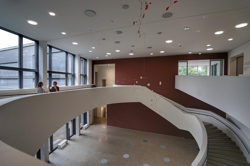 Der zweigeschossige Calder-Saal, benannt nach Alexander Calder, dessen übergroßes Mobile von der decke hängt, fungiert gleichzeitig als Veranstaltungssaal / © Redaktion FrontRowSociety.net