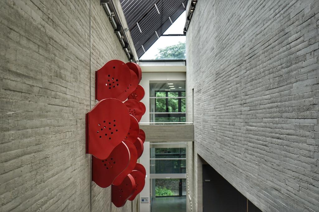 Verbindung von Innen und Außen durch klare Sichtachsen, Beton und Grün / © Redaktion FrontRowSociety.net