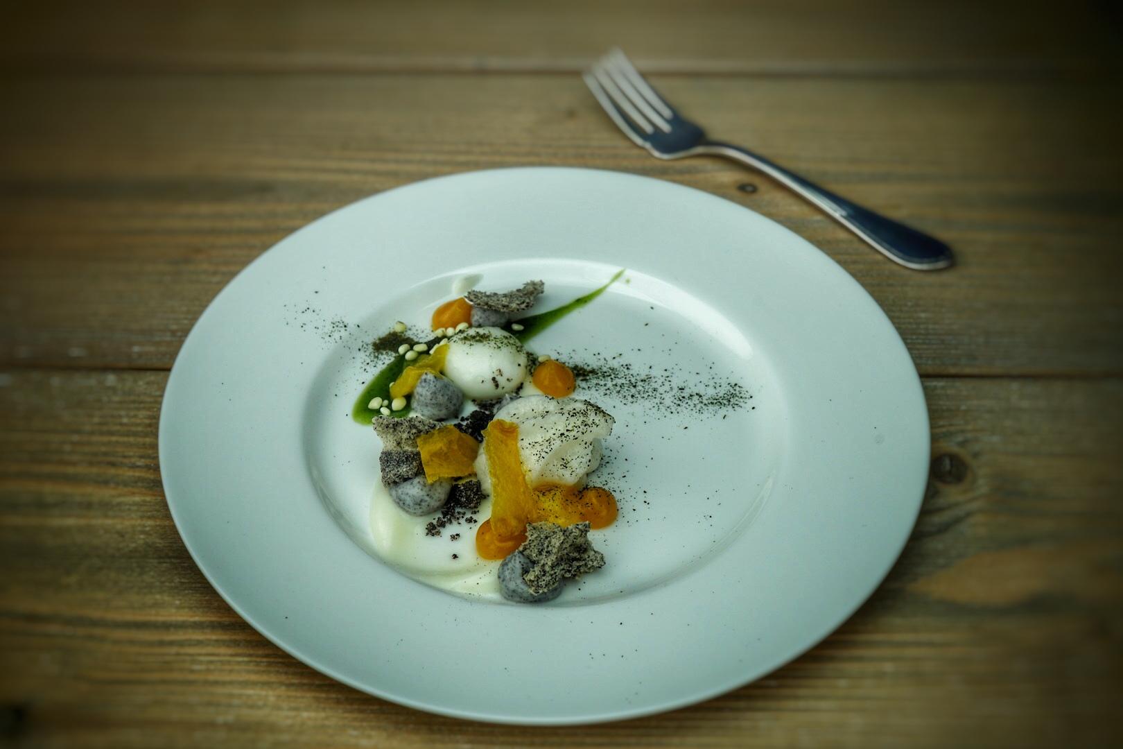 Ein Dessert-Traum aus Mohn, Minze, Mango und Kefir