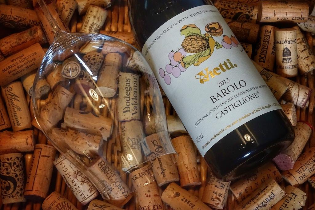 Auch für den Genuss des Vietti Barolo Castiglione DOCG 2013 empfiehlt sich ein rebsortenspezifischen Glas der Glasmanufaktur Riedel. Besondere eleganz besitzen die dünnwandigen, mundgeblasenen Gläser aus der Reihe Performance