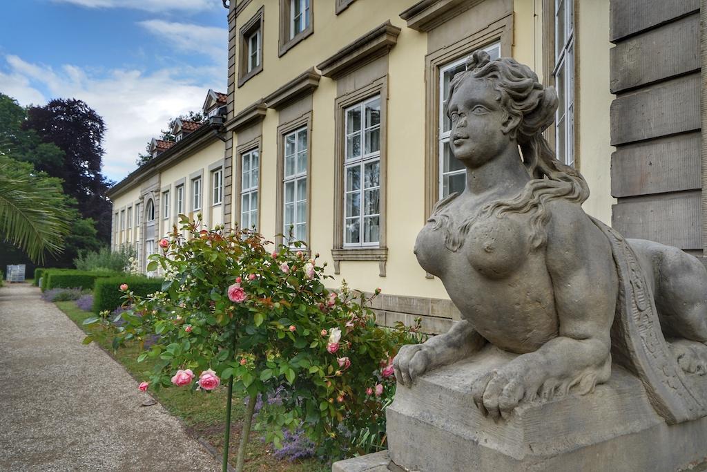 """Im malerischen Garten finden im Sommer Lesungen unter dem Motto """"Kultur & Genuss"""" statt / © Redaktion FrontRowSociety.net"""