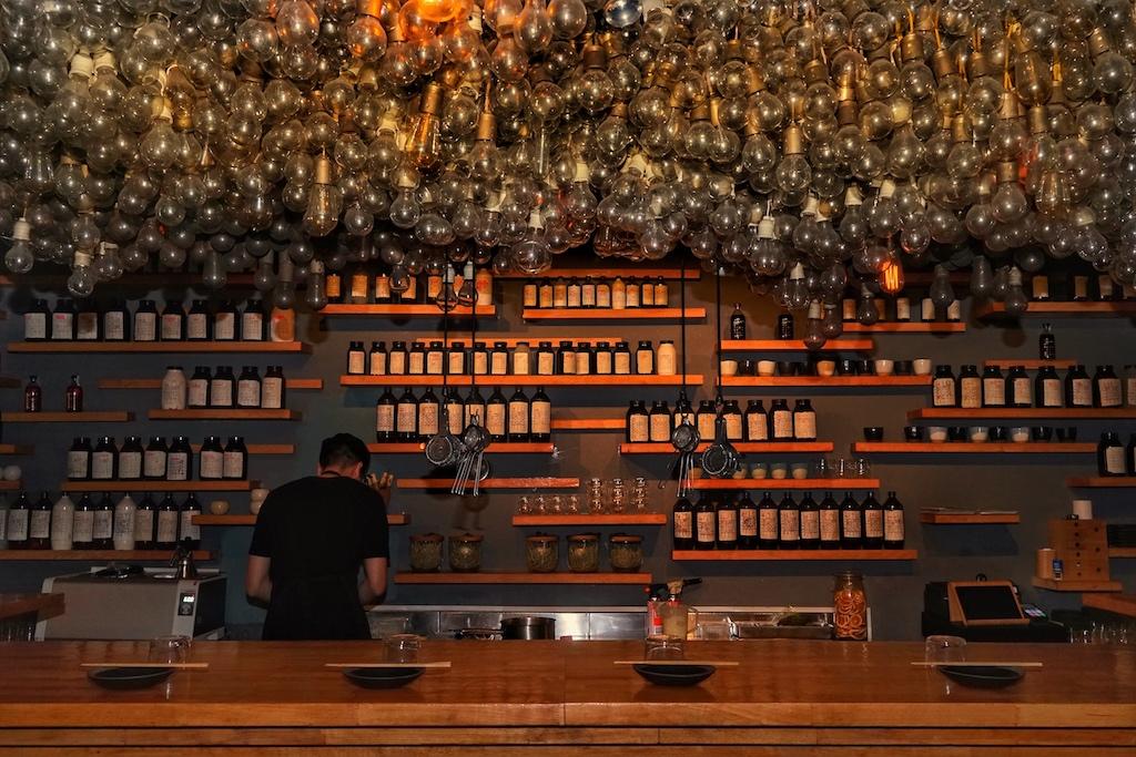 Gefühlte 500 Glühbirnen hängen über dem Bartresen in einer der besten Bars der Welt