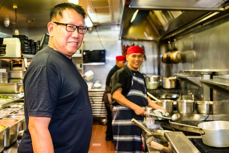 Jimmy Shu verlässt sich in der Küche auf seine Kollegen und packt bei Bedarf mit an / © FrontRowSociety.net, Foto: Georg Berg