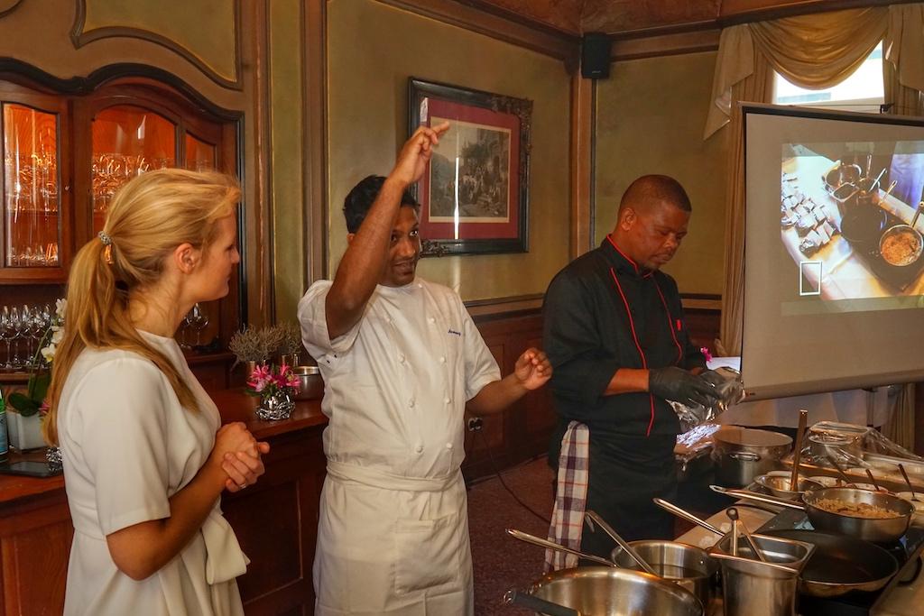 Bei der Kochvorführung half Johanna Bächstädt - Tochter des Rheingau Gourmet & Wein Fest Initiators H.B. Ullrich bei der Übersetzung