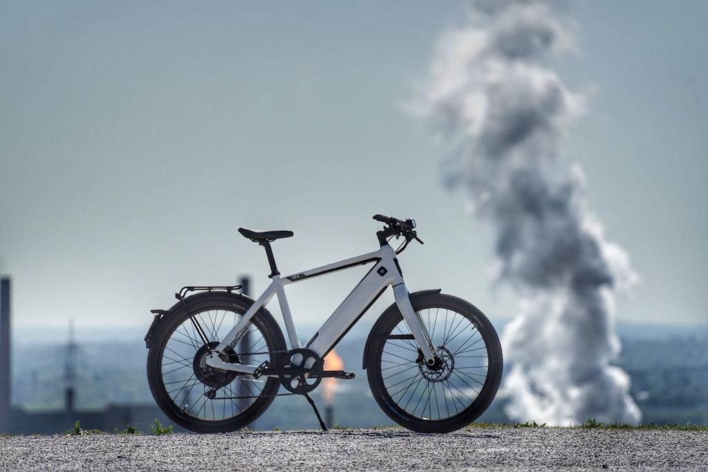 Auch ein Pedelec oder S-Pedelec benötigt Energie, aber nur einen Bruchteil dessen, was ein mit Verbrennungsmotor angetriebenes Zweirad verbraucht