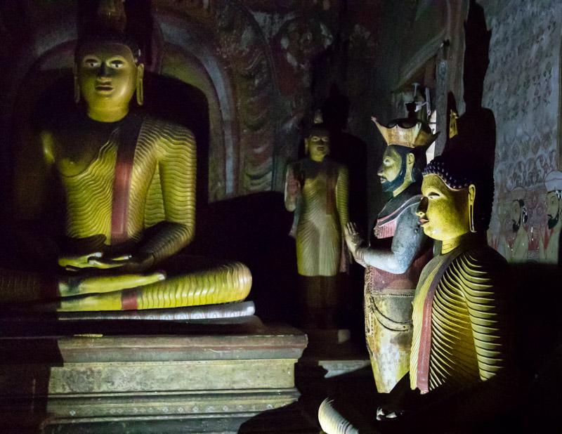 Aus Dankbarkeit errichtet: Neben Buddhas Statue die von Kirti Sri Rajasinha, der im 18. Jahrhundert als König von Kandy den Buddhismus in Sri Lanka wiederbelebt hatte / © FrontRowSociety.net, Foto: Georg Berg