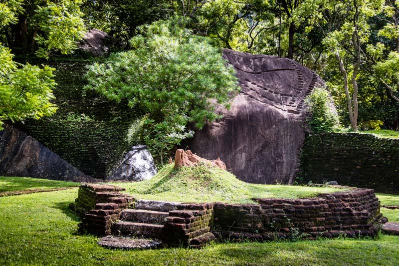 Sanft schmiegen sich Backsteinmauern an die natürlich vorhandenen Felsen / © FrontRowSociety.net, Foto: Georg Berg