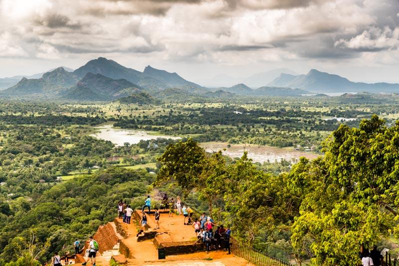 Atemberaubender Blick über Reisfelder und in der Ferne liegende Gebirgszüge / © FrontRowSociety.net, Foto: Georg Berg