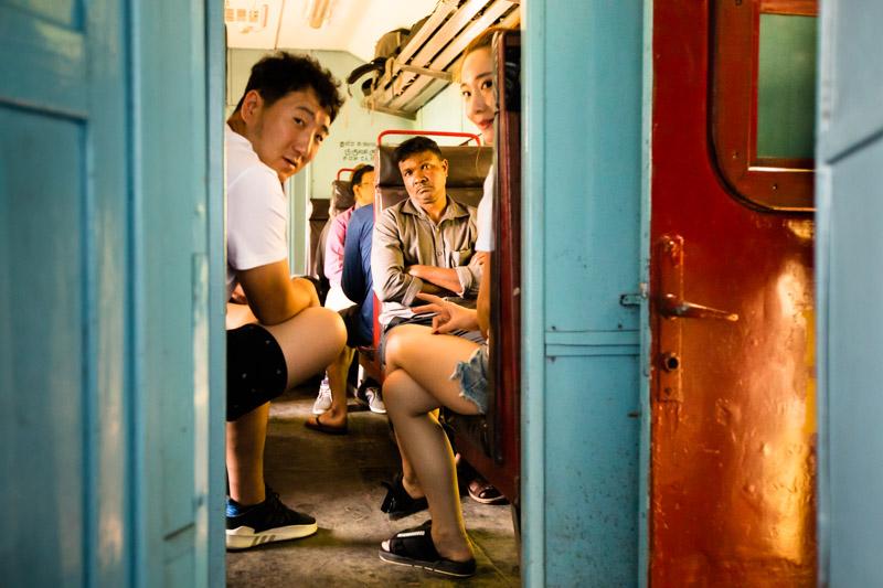 Das Abteil ist Informationsbörse für Reiseerfahrungen aller Art / © FrontRowSociety.net, Foto: Georg Berg