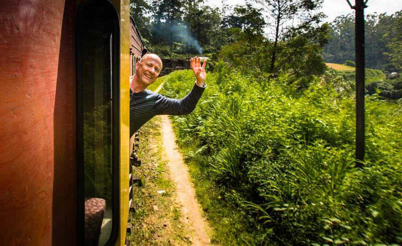 Chefreporter Georg Berg winkt aus dem fahrenden Zug / © FrontRowSociety.net, Foto: Georg Berg