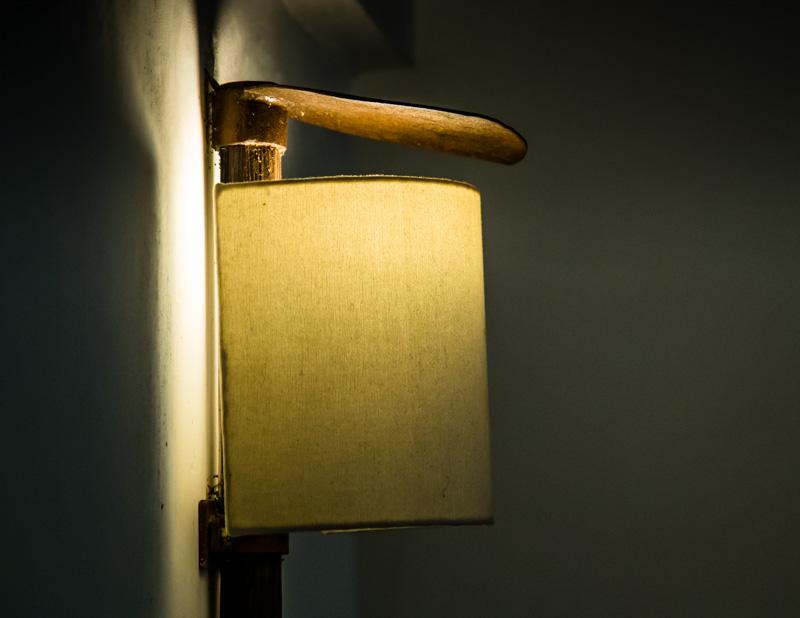 Die Gestaltung der Räume ist modern und verwendet lokaltypisches Material. Lampen sind z.B. aus den Hacken hergestellt, die typischerweise beim Reisanbau verwendet werden / © FrontRowSociety.net, Foto: Georg Berg