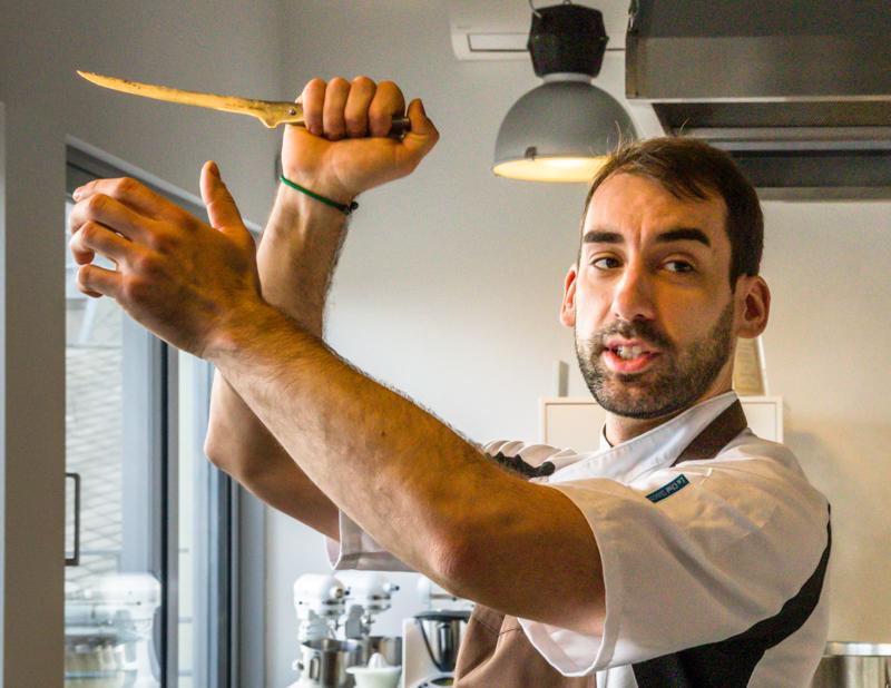 Auch wenn es wieder nach Tanz mit einer imaginären Partnerin aussieht - Laszlo Papdi demonstriert mit dem Filetiermesser wie ein Metzger das Fleisch am Haken schneidet / © FrontRowSociety.net, Foto: Georg Berg