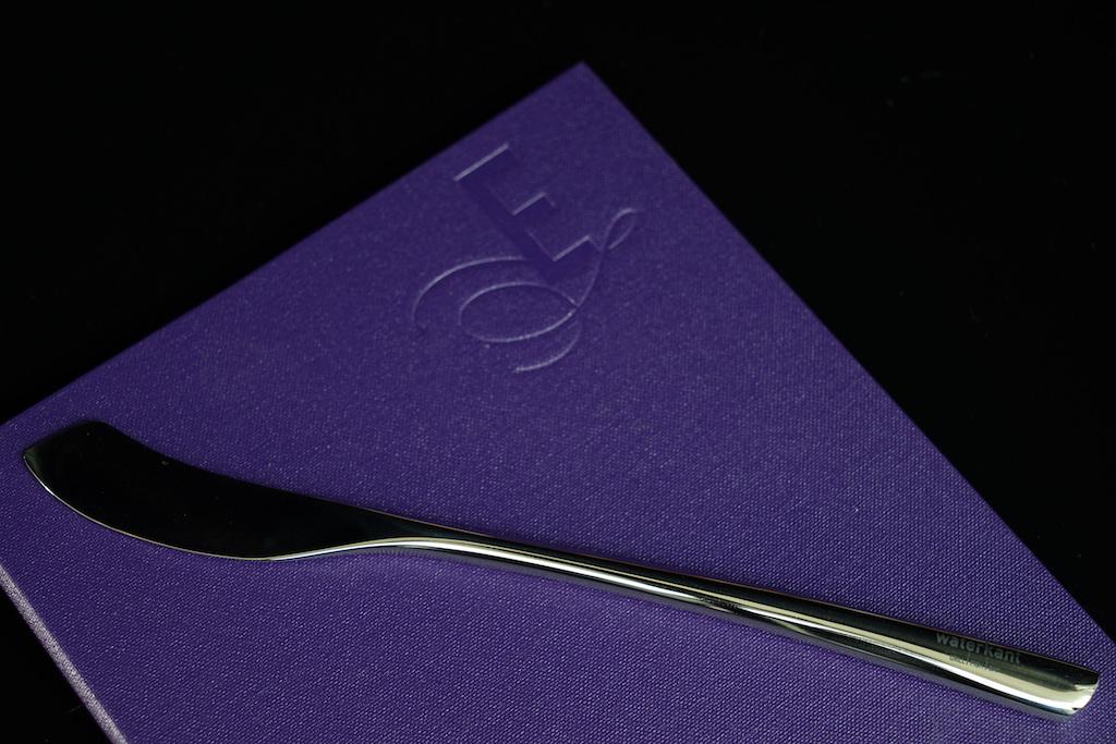 Das corporate Design wird auch bei der Farbgestaltung konsequent verfolgt. Eigens für das Restaurant Waterkant designte Fischmesser unterstreichen den unikaten Charakter des Hotels