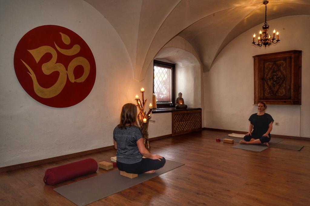Während der morgendliche Yoga-Stunde mit Jeanine Eisl (re.) im Refektorium werden einerseits Muskeln und Sehnen gedehnt und andererseits erfährt der Geist eine mentale Stärkung