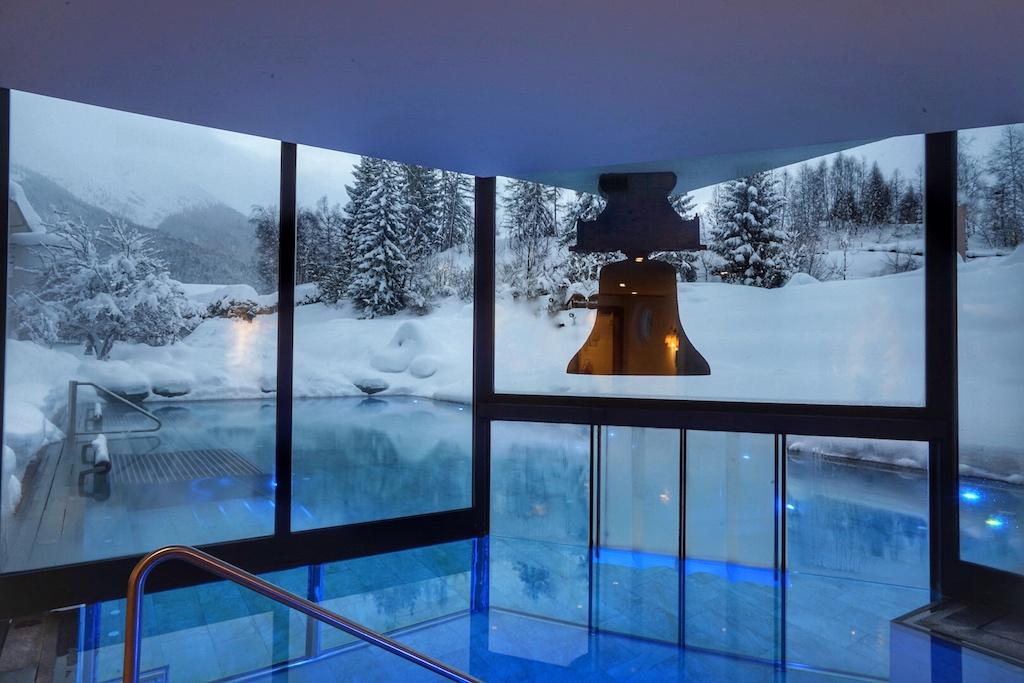 Malerisch in den schneebedeckten Klostergarten eingebettet liegt der Outdoor-Pool