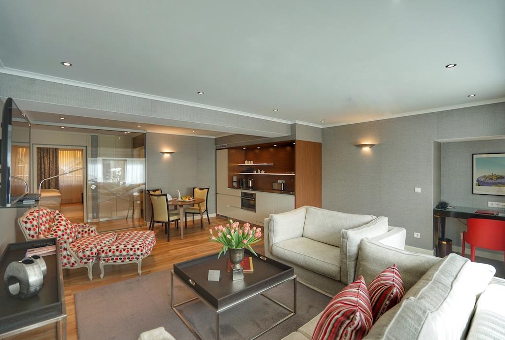 Ebenfalls fürstlich residieren lässt es sich in den Suiten des 5 Sterne Superior Kastens Hotel Luisenhof