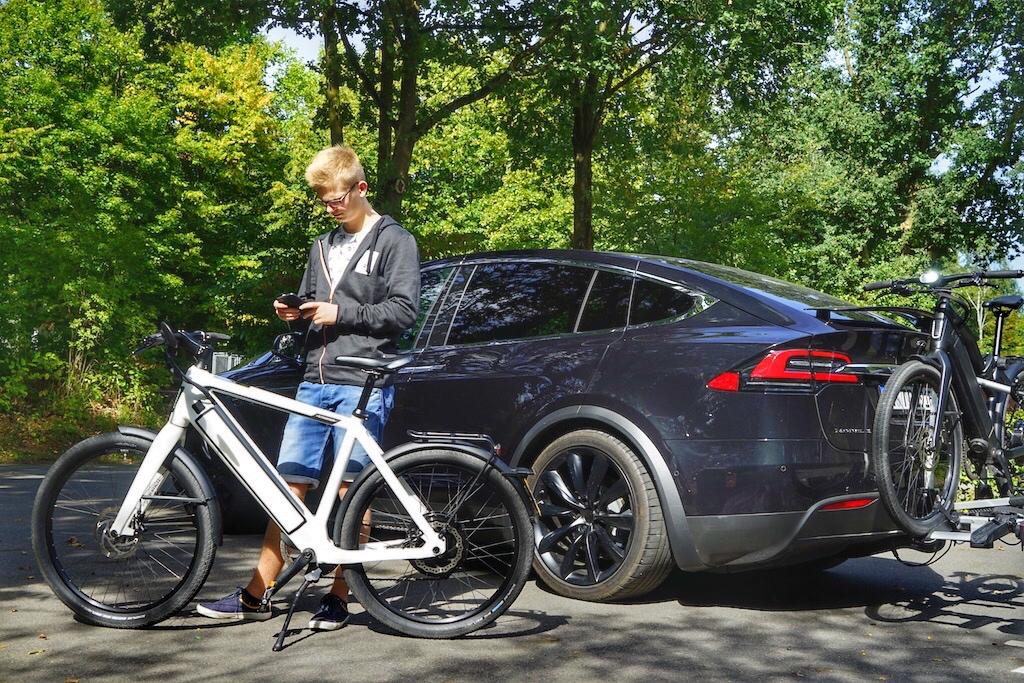 Für einige Touren sind wir aufs S-Pedelec umgestiegen, jedoch zuvor nachhaltig angereist, wie hier mit dem Tesla Model X. Auf der Anhängerkupplung können bis zu zwei E-Bikes, respektive S-Pedelecs transportiert werden