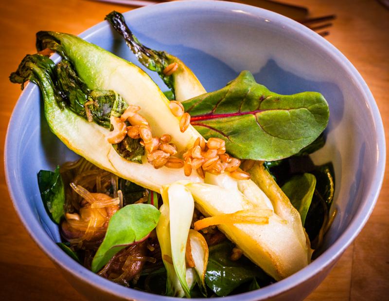 Auf der wechselnden Tageskarte finden sich stets auch asiatisch angehauchte Gerichte, wie Glasnudeln mit Sojasoße, Ingwer, Weizen, Feldsalat und Pak Choi / © FrontRowSociety.net, Foto: Georg Berg