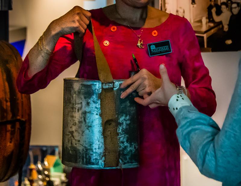 Nichts für schwache Nerven: Mit diesem Flachmann unter der weiten Kleidung zogen die Absinth-Kuriere von Haus zu Haus / © FrontRowSociety.net, Foto: Georg Berg
