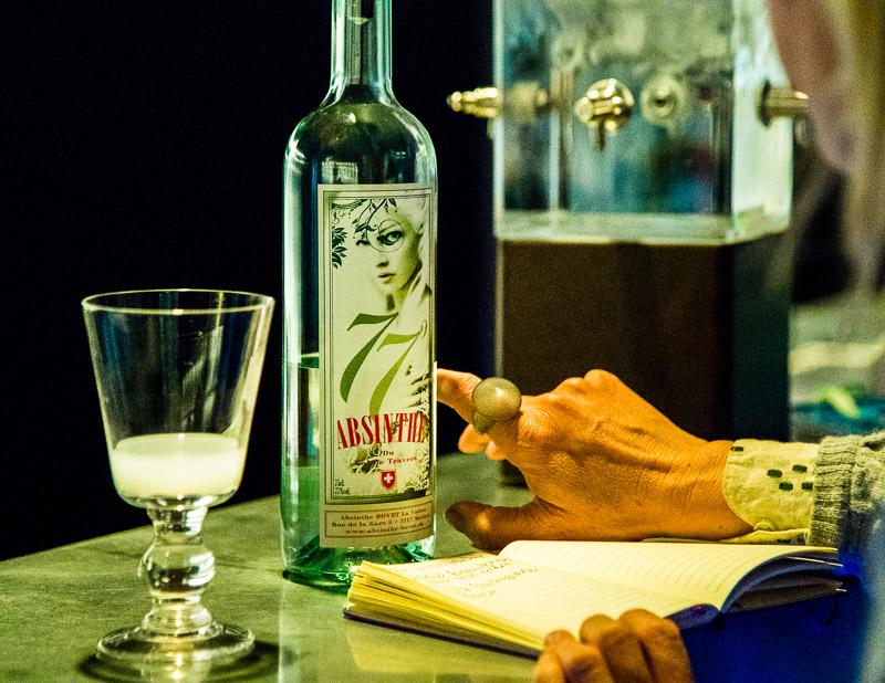 Im Maison de l'Absinthe wird man an einer Bar empfangen. Hier ist auch stets eine kalte Quelle im Einsatz. Früher tropfte das eiskalte Wasser mit der Geschwindigkeit von einem Tropfen pro Minute über den Zuckerwürfel und durch den Löffel in den zimmerwarmen Alkohol. Jeder Tropfen hinterließ milchig-grüne Trübungen im Glas / © FrontRowSociety.net, Foto: Georg Berg