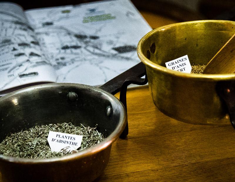 Insbesondere der Wermut verleiht dem Absinth die Bitternote. Durch die Destillation wird der hohe Bittergehalt im Wermut abgemildert. Im Museum kann man getrockneten Wermut probieren und muss schnell feststellen, dass er pur ungenießbar ist / © FrontRowSociety.net, Foto: Georg Berg
