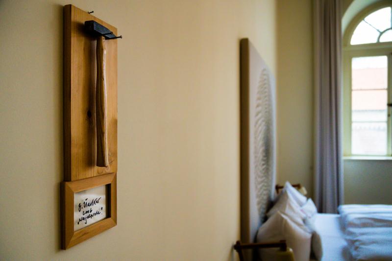 Die Nagelprobe von Günther Uecker hängt im Hotelzimmer als Original an der Wand / © FrontRowSociety.net, Foto: Georg Berg
