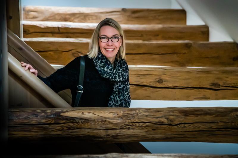 FrontRowSociety Redakteurin Angela Berg mitten im Gebälk. In vielen Räumen sind die alten Holzbalken offengelegt, werden in Kontrast zu modernen Möbeln gesetzt / © FrontRowSociety.net, Foto: Georg Berg