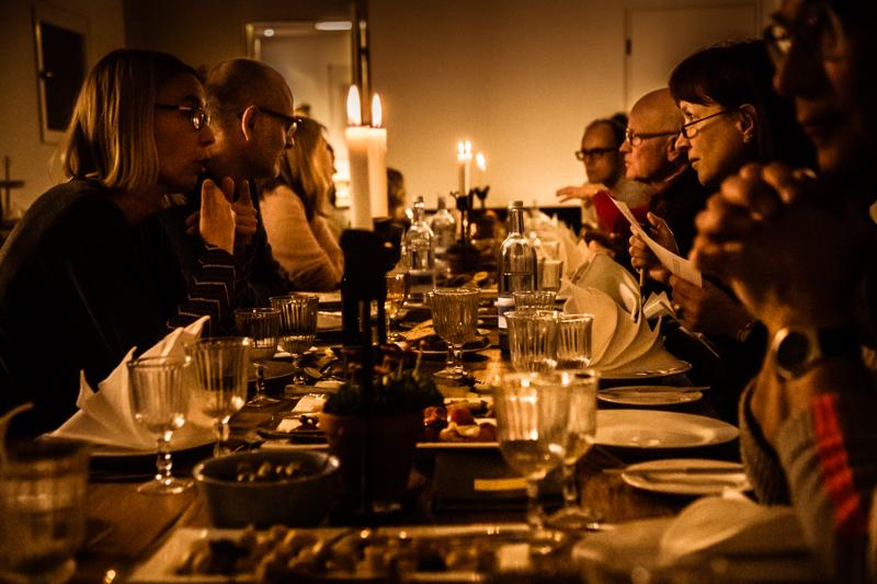 Die Scheune des Kavaliershaus Schloss Blücher wird jede Woche zum Treffpunkt für ein Essen an der langen Tafel / © FrontRowSociety.net, Foto: Georg Berg