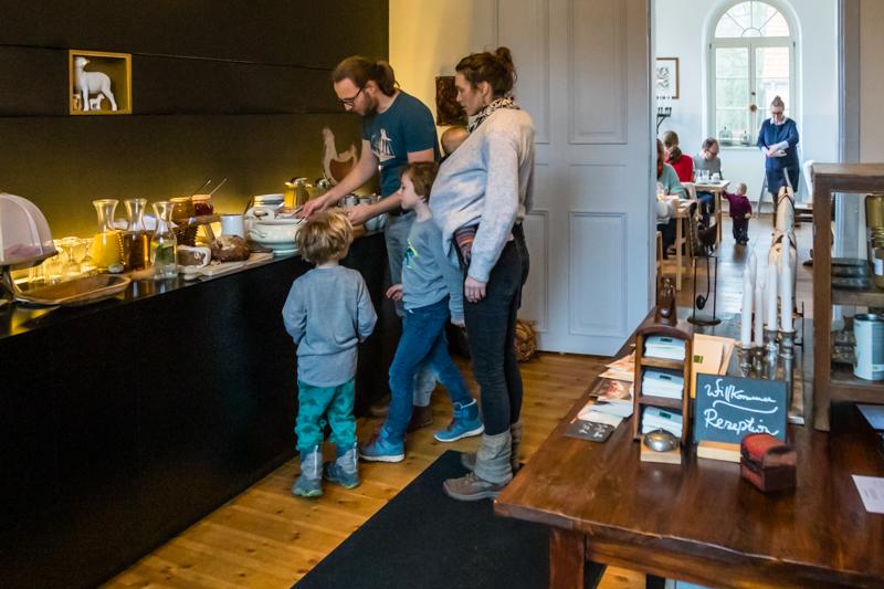 Auch Familien mit Kindern hat das Kavaliershaus viel zu bieten. Beim Frühstücksbuffet im Klassenzimmer kommen alle auf ihre Kosten / © FrontRowSociety.net, Foto: Georg Berg