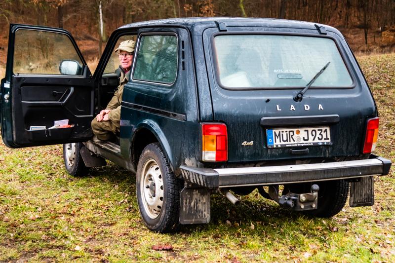 Im Lada über die Felder. Dierk Engel sammelt an Sonntagen auch mal Müll ein / © FrontRowSociety.net, Foto: Georg Berg
