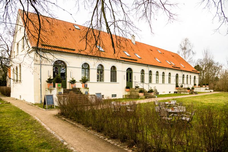 Das langgestreckte Kavaliershaus Schloss Blücher bietet 12 Zimmer und Suiten, ein Restaurant sowie Sauna, Garten und Badesteg am See / © FrontRowSociety.net, Foto: Georg Berg