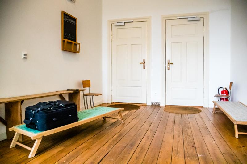 Einst Kinderpritsche für den verordneten Mittagsschlaf, heute ruhen hier nur noch die Gepäckstücke der Gäste / © FrontRowSociety.net, Foto: Georg Berg