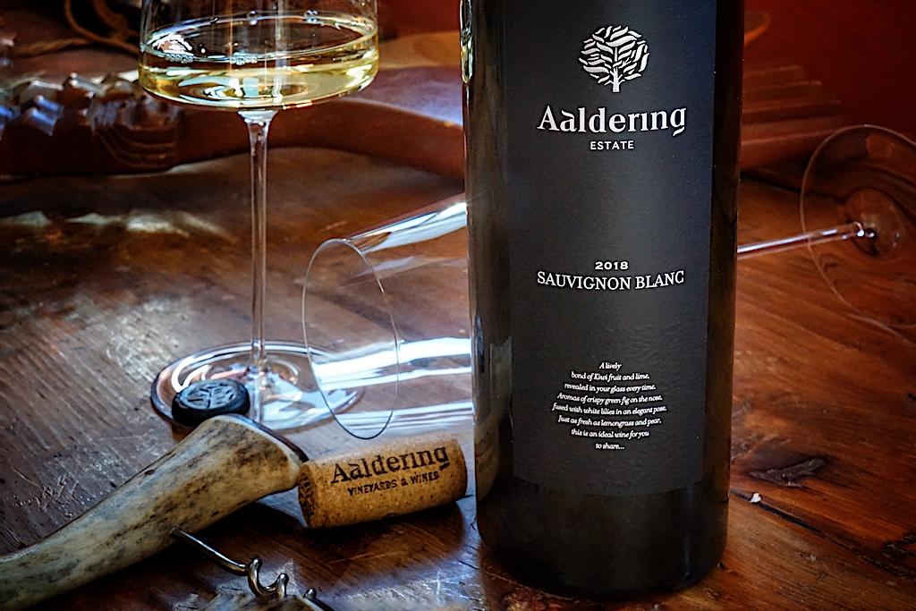 Wein und Genuss gehen Hand in Hand, gerade für menschen, die das Öffnen eines ausgesuchten Weins als Glückseligkeit empfinden. An all jene Genussmenschen dachte die Glasmanufaktur Zwiesel mitder Präsentation ihrer Gourmet Kollektion. Das Aromaglas der SIMPLIFY Serie greift den Charakter des Weins auf. Im Aromaglas für fruchtige und feine Weine genossen, entfaltet der 2018 Sauvignon Blanc seine animierende Stilistik