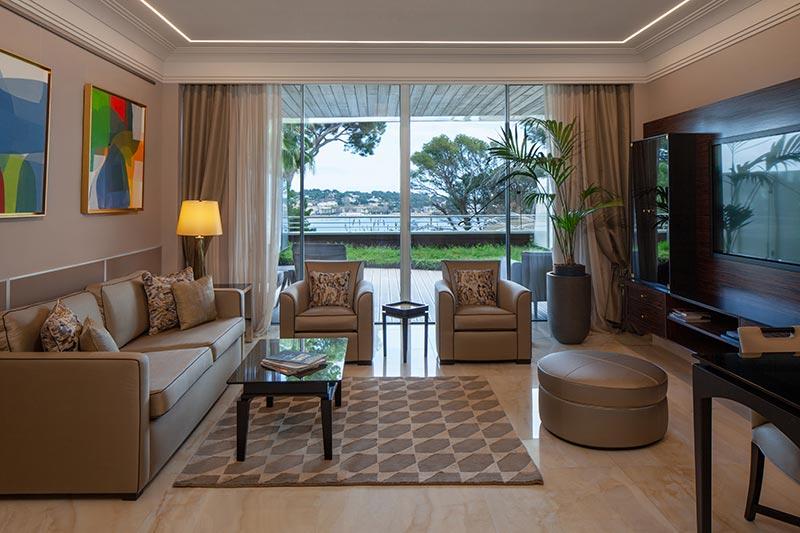Alàbriga Home Suite Deluxe mit Terrasse und Meerblick, Wohnzimmer, Küche, 2 Bädern und zwei Schlafzimmern / © Alabriga